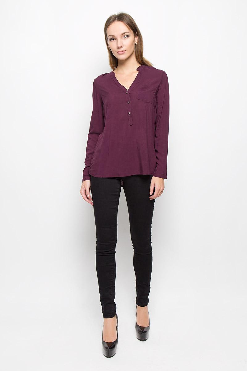 Блузка10156630_335Стильная женская блуза Broadway, выполненная из 100% вискозы, подчеркнет ваш уникальный стиль и поможет создать оригинальный женственный образ. Блузка с удлиненной спинкой, длинными рукавами и V-образным вырезом горловины имеет свободный крой и застегивается на пуговицы на груди. Манжеты рукавов также дополнены пуговицами. На груди расположен накладной карман. Эта блузка будет дарить вам комфорт в течение всего дня и послужит замечательным дополнением к вашему гардеробу.