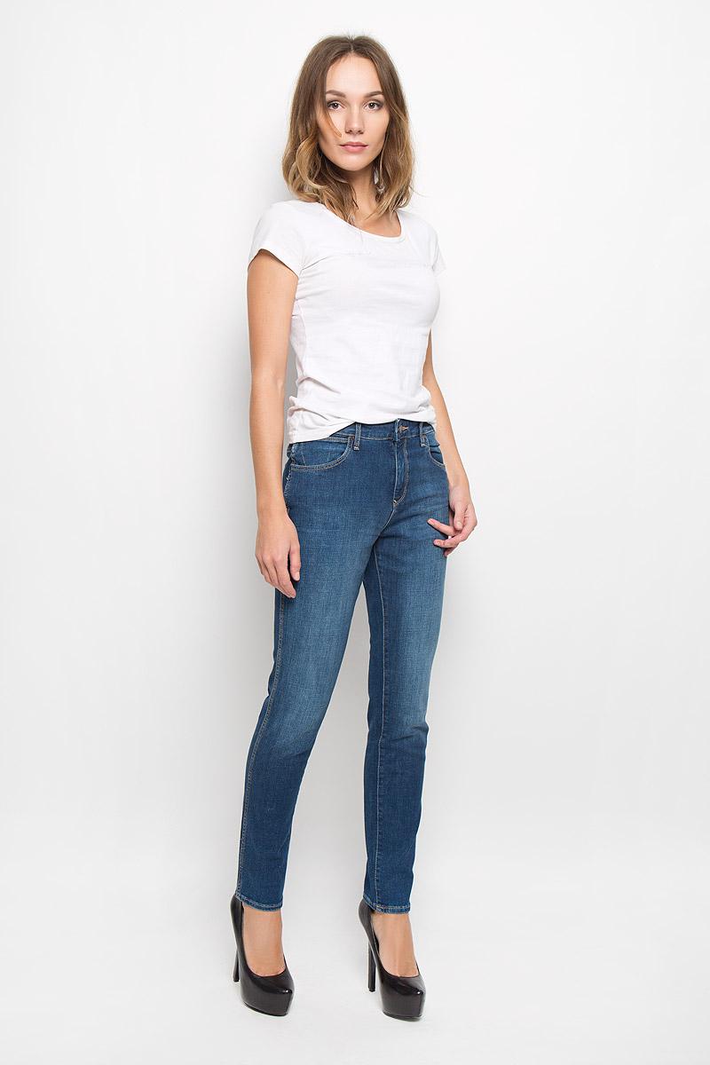 ДжинсыW27M9179HМодные женские джинсы Wrangler изготовлены из эластичного хлопка с добавлением полиэстера и эластана, они приятные на ощупь, не сковывают движения и хорошо пропускают воздух. Джинсы-бойфренды со стандартной посадкой застегиваются на металлическую пуговицу и имеют ширинку на застежке-молнии. На поясе предусмотрены шлевки для ремня. Спереди расположены два втачных кармана и один маленький накладной, а сзади - два накладных кармана, дополненные стильной нашивкой с названием бренда.
