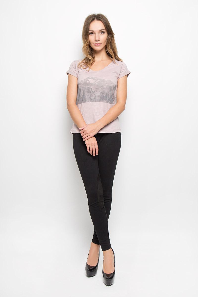 10156650_05AЖенская футболка Broadway Oriana - идеальный вариант для создания образа в стиле Casual. Модель, выполненная из натурального хлопка, тактильно приятная, не сковывает движения и обладает высокими дышащими свойствами. Футболка с V-образным вырезом горловины и короткими рукавами оформлена спереди принтом с изображением пейзажа и надписями. Модель имеет слегка приталенный силуэт. Рукава дополнены декоративными отворотами. Такая футболка будет дарить вам комфорт в течение всего дня и станет стильным дополнением к вашему гардеробу.