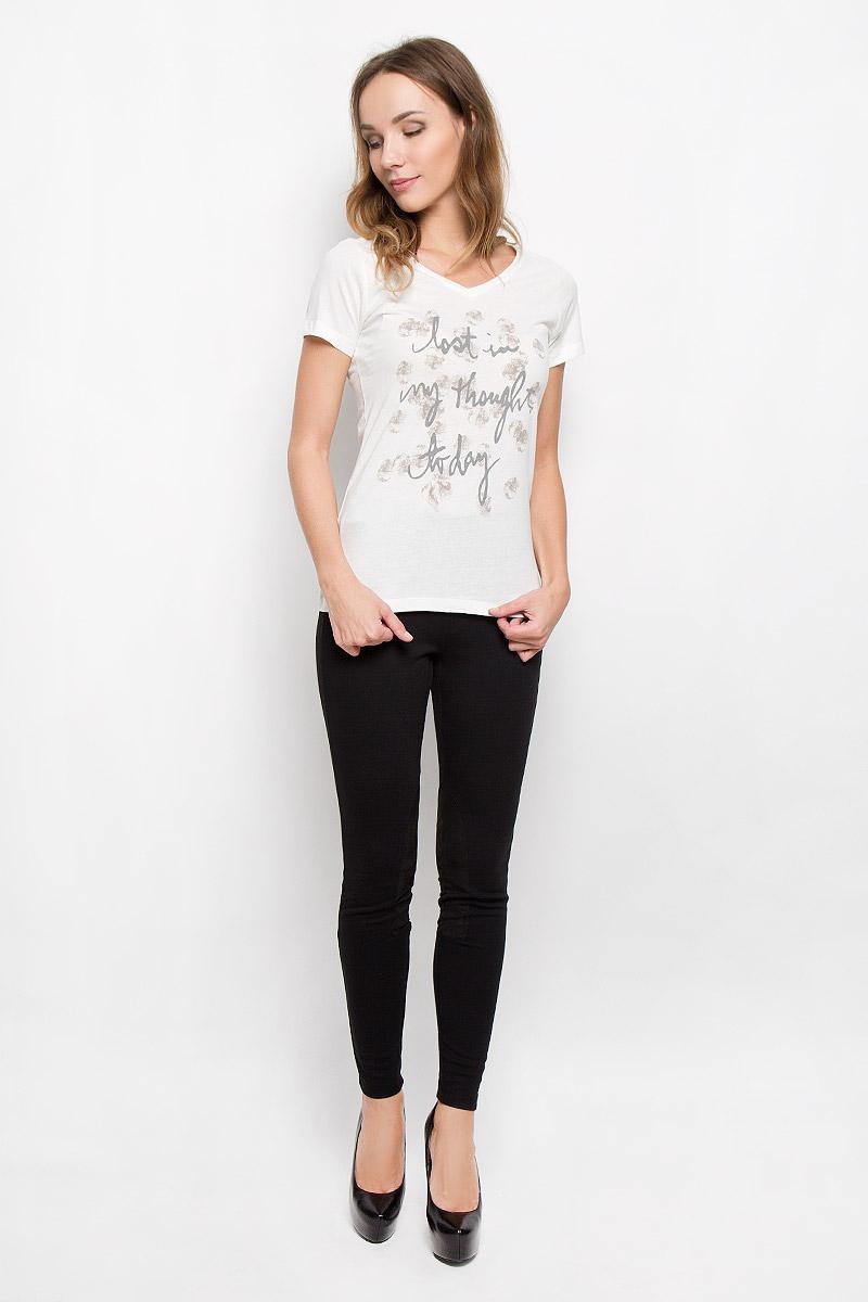 10185_01BМодная женская футболка Broadway Betty, выполненная из натурального хлопка, прекрасно подойдет для повседневной носки. Материал очень мягкий и приятный на ощупь, не сковывает движения и обладает высокими дышащими свойствами. Футболка с V-образным вырезом горловины и короткими рукавами оформлена спереди крупной принтовой надписью. Модель имеет приталенный силуэт. Такая футболка будет дарить вам комфорт в течение всего дня и станет стильным дополнением к вашему гардеробу.