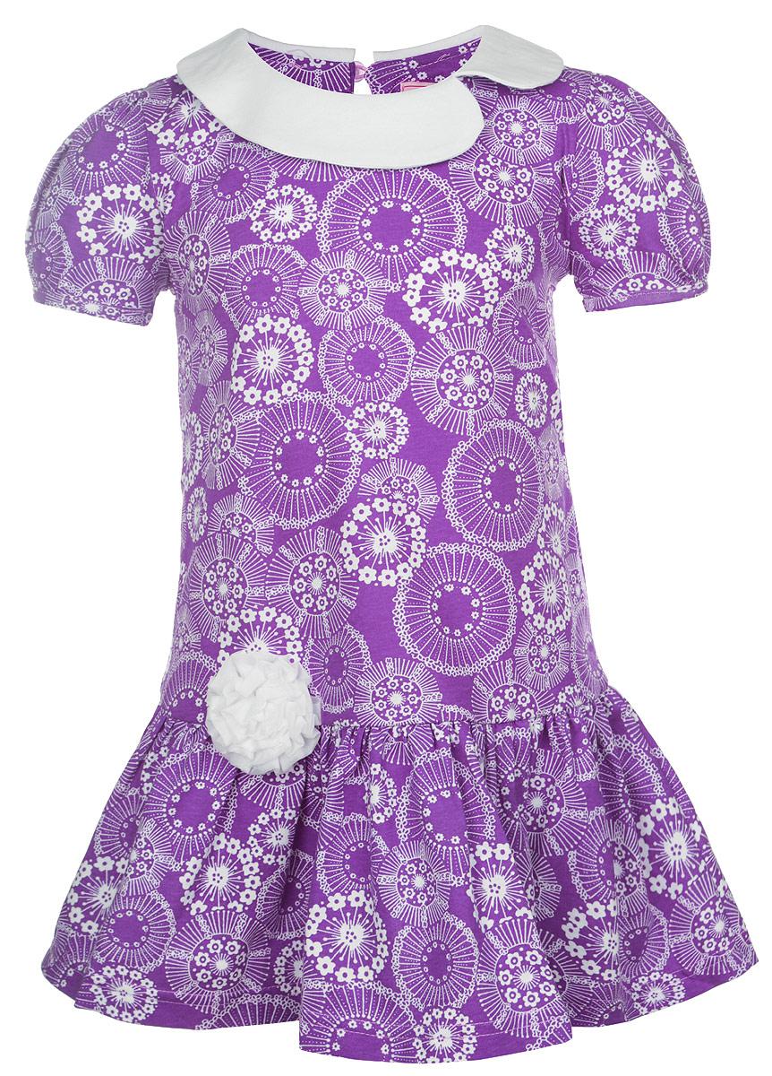 SSD261046-12Яркое платье для девочки M&D отлично подойдет маленькой моднице. Выполненное из натурального хлопка, оно легкое и воздушное, приятное на ощупь, не сковывает движения и хорошо вентилируется. Платье с круглым вырезом горловины и рукавами-фонариками застегивается сзади на небольшую жемчужную пуговичку, что помогает при переодевании ребенка. Модель оформлена нежным цветочным принтом и небольшим атласным цветком. Горловина дополнена оригинальным воротничком. Ниже линии талии заложены частые складочки, которые придают изделию воздушность. Современный дизайн и яркая расцветка делают это платье стильным предметом детской одежды. В нем маленькая принцесса всегда будет в центре внимания.
