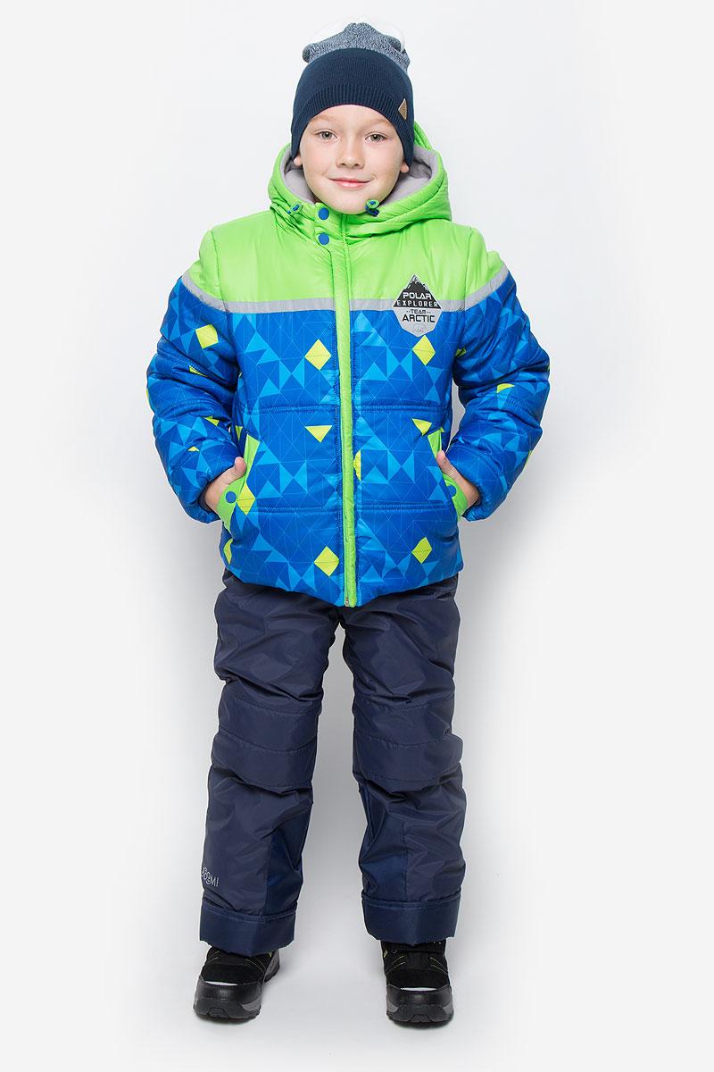 64362_BOB_вар.1Яркий комплект для мальчика Boom!, состоящий из куртки и полукомбинезона, идеально подойдет вашему ребенку в холодную погоду. Комплект, изготовленный из водоотталкивающей и ветрозащитной ткани, утеплен синтепоном. В качестве подкладки используется полиэстер с добавлением вискозы. Куртка с капюшоном застегивается на пластиковую молнию. Капюшон не отстегивается и регулируется скрытой резинкой с стопперами. Манжеты рукавов отделаны эластичной широкой резинкой, которая мягко обхватывает запястья, не позволяя просачиваться холодному воздуху. По бокам куртка дополнена двумя прорезными кармашками на кнопках. Внизу изделие дополнено ветрозащитной вставкой от ветра и снега, застегивается на кнопку. Оформлена модель ярким принтом и украшена небольшой нашивкой на груди. Полукомбинезон застегивается на застежку-молнию. Модель оснащена эластичными наплечными лямками, регулируемыми по длине. Лямки пристегиваются при помощи застежек-липучек. На талии...