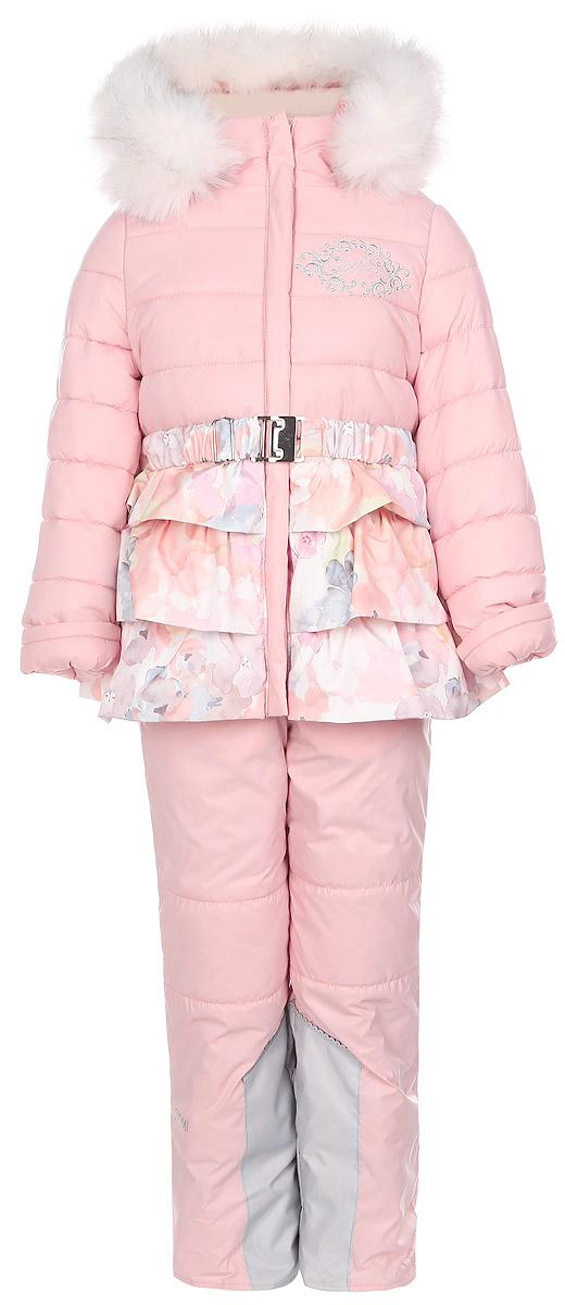 64347_BOG_вар.1Теплый комплект для девочки Boom! идеально подойдет вашей дочурке в холодное время года. Комплект состоит из куртки и полукомбинезона, изготовленных из водоотталкивающей ткани с утеплителем из синтепона. Куртка на мягкой флисовой подкладке застегивается на пластиковую застежку-молнию и дополнительно имеет внутренний ветрозащитный клапан, и защиту подбородка. Курточка дополнена несъемным капюшоном, декорированным меховой опушкой на молнии. Дополнен капюшон скрытой резинкой со стопперами. Низ рукавов дополнен внутренними трикотажными манжетами, которые мягко обхватывают запястья. На талии расположены шлевки для ремня. В комплект входит эластичный поясок. Понизу куртка дополнена оборками. Оформлена модель цветочным принтом и вышивкой с названием бренда. Полукомбинезон с грудкой застегивается на пластиковую застежку-молнию и имеет наплечные эластичные лямки, регулируемые по длине. Лямки пристегиваются при помощи липучек. На талии предусмотрена вшитая...