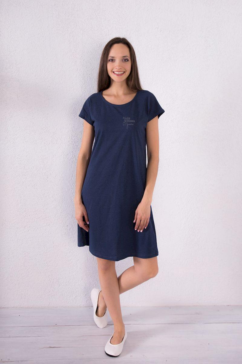 7117110718Домашнее платье Violett выполнено из натурального хлопка. Платье-миди свободного кроя с круглым вырезом горловины и короткими рукавами оформлено принтовыми надписями.
