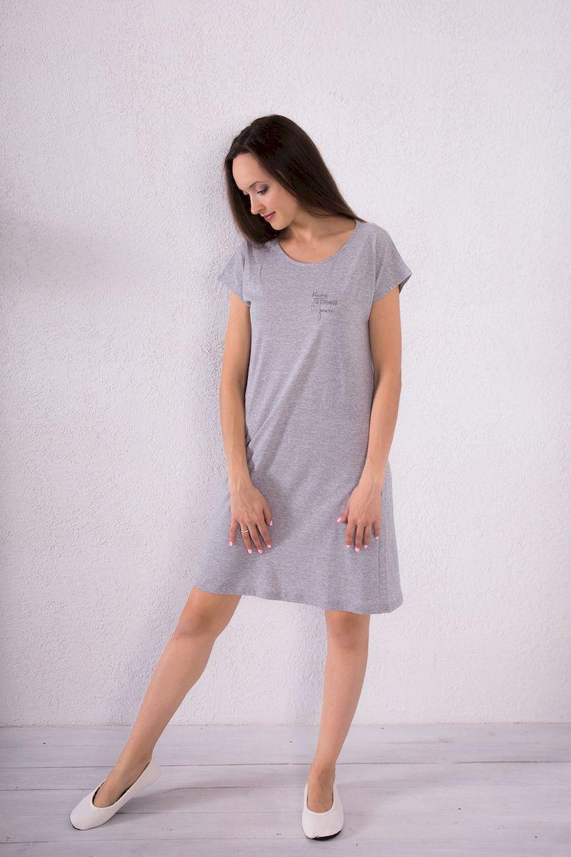 Платье домашнее7117110717Домашнее платье Violett выполнено из натурального хлопка. Платье-миди с круглым вырезом горловины и короткими рукавами оформлено принтовыми надписями.