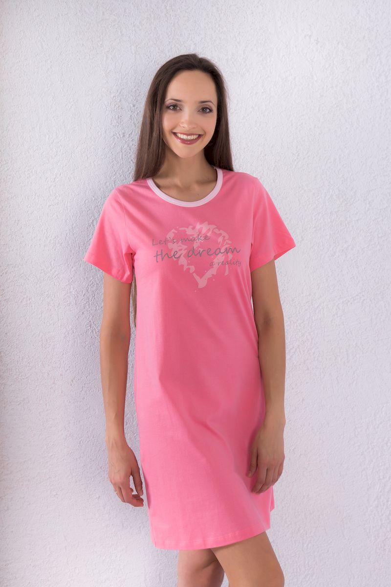 Платье домашнее7117110708Домашнее платье Violett выполнено из натурального хлопка. Платье-миди свободного кроя с круглым вырезом горловины и короткими рукавами оформлено принтовыми надписями.