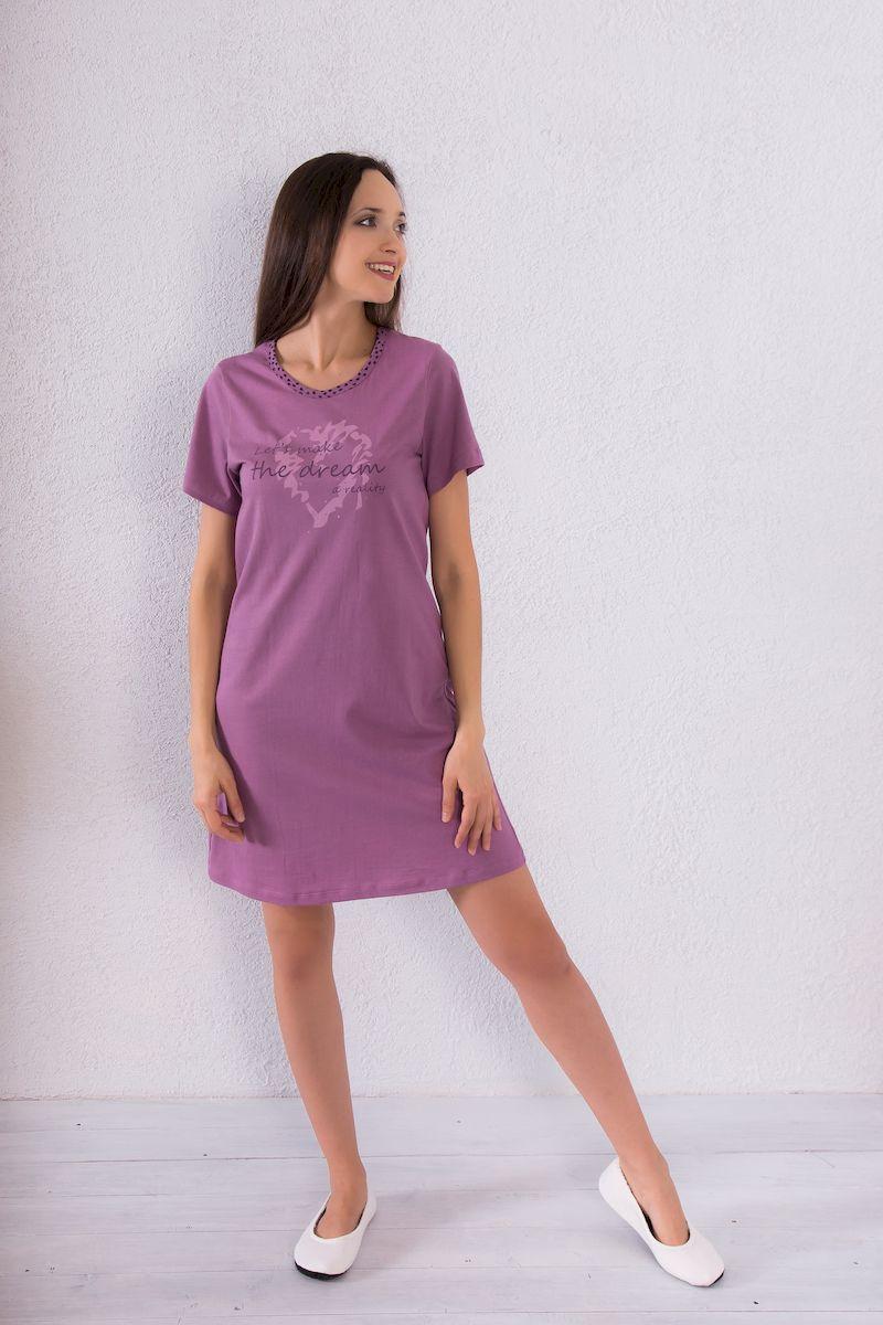 7117110707Домашнее платье Violett выполнено из натурального хлопка. Платье-миди свободного кроя с круглым вырезом горловины и короткими рукавами оформлено принтовыми надписями.