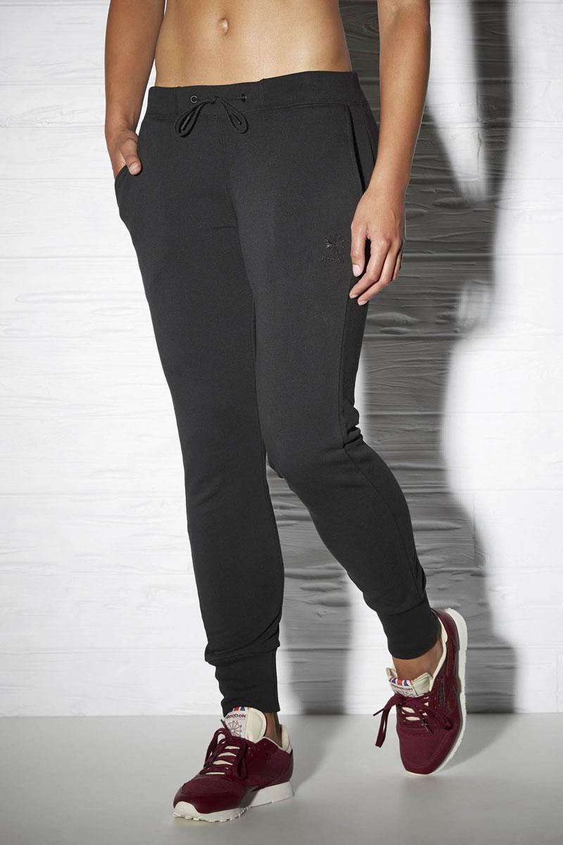 AY0444Брюки женские для бега Reebok классического кроя. Отлично подходят для повседневной носки. Эластичный пояс в рубчик со шнурком для оптимальной посадки по фигуре. Карманы сзади отлично подходят для хранения мелочей. Вышитый логотип позволит продемонстрировать серьезность намерений.
