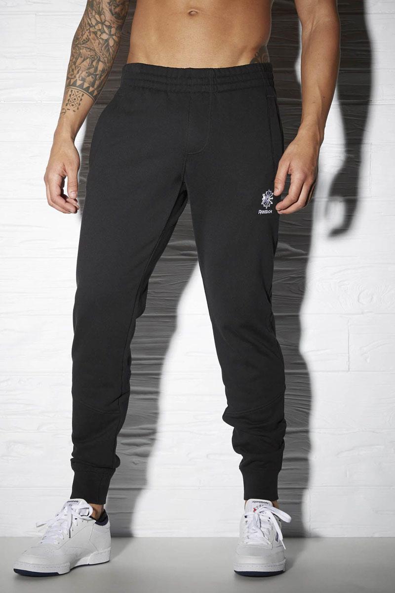 AY1160Мужские спортивные брюки F French Terry Pant от Reebok подарят вам особенный комфорт во время занятия спортом. Модель изготовлена из натурального хлопка. Стильные брюки не сковывают движений. Широкий эластичный пояс, дополненный шнурком, отвечает за идеальную посадку. Брючины дополнены эластичными манжетами. Спереди находятся два прорезных кармана, сзади - прорезной карман на застежке-молнии.