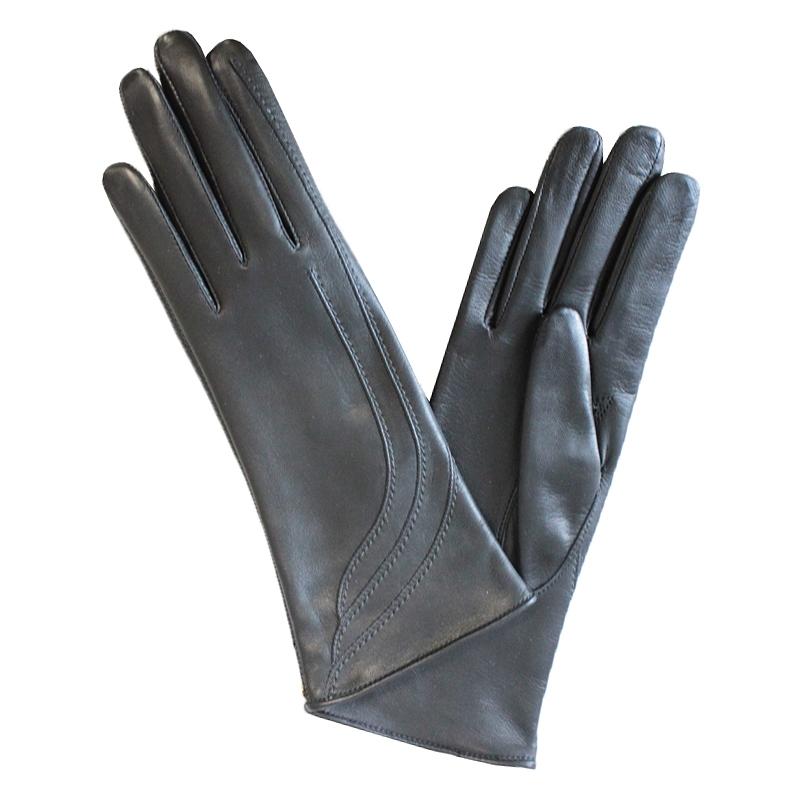 ПерчаткиЭ-2L-1_575аПерчатки изготовлены из высококачественной английской кожи Pittards и итальянской кожи Gargiulo на современном технологичном оборудовании. Оформлены декоративными прострочками. Продукция соответствует международным стандартам качества.