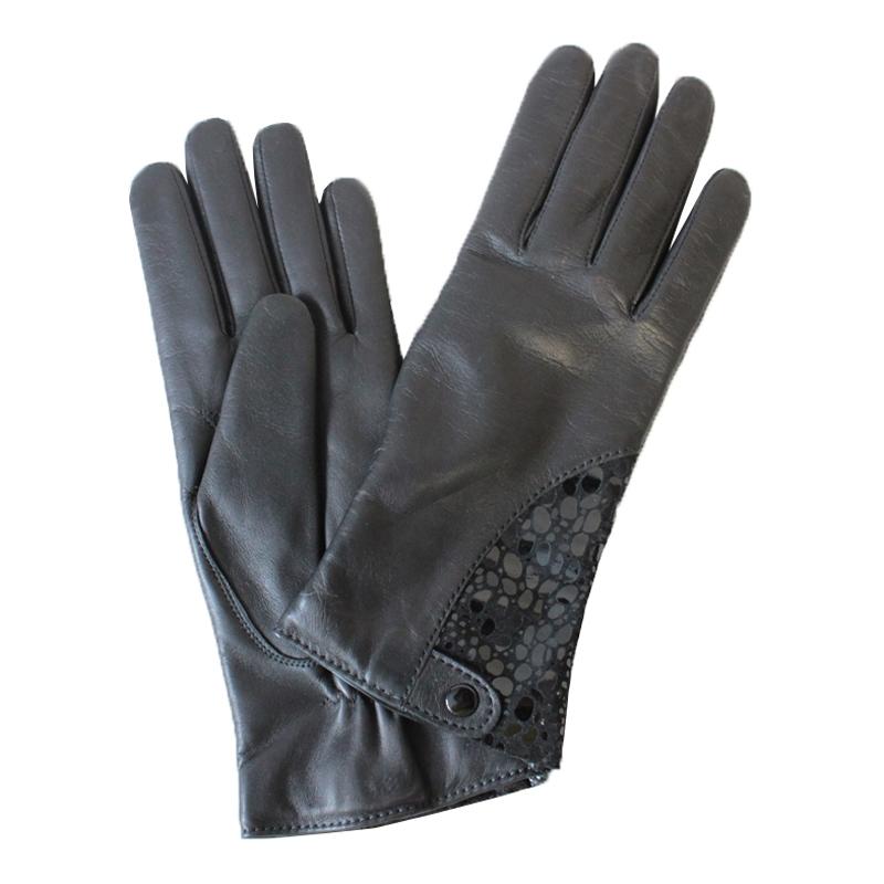 ПерчаткиЭ-21L-1_581аПерчатки изготовлены из высококачественной английской кожи Pittards и итальянской кожи Gargiulo на современном технологичном оборудовании. На запястье дополнены кнопкой. Продукция соответствует международным стандартам качества.
