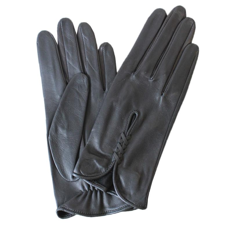 ПерчаткиЭ-20L_505Перчатки изготовлены из высококачественной английской кожи Pittards и итальянской кожи Gargiulo на современном технологичном оборудовании. На запястье оформлены оригинальной вставкой. Продукция соответствует международным стандартам качества.