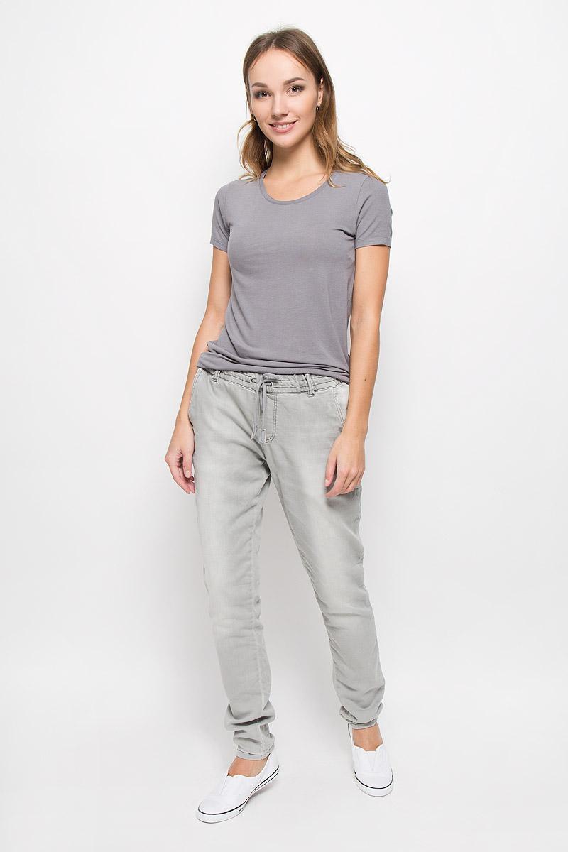 10156616_872Стильные женские джинсы Broadway созданы специально для того, чтобы подчеркивать достоинства вашей фигуры. Модель прямого кроя и стандартной посадки станет отличным дополнением к вашему современному образу. Джинсы на резинке в поясе имеют завязки-шнурки. Дополнены шлевками для ремня и имитацией ширинки. Спереди модель дополнена двумя втачными карманами, а сзади - двумя накладными карманами. Джинсы оформлены перманентными складками. Эти модные и в тоже время комфортные джинсы послужат отличным дополнением к вашему гардеробу..
