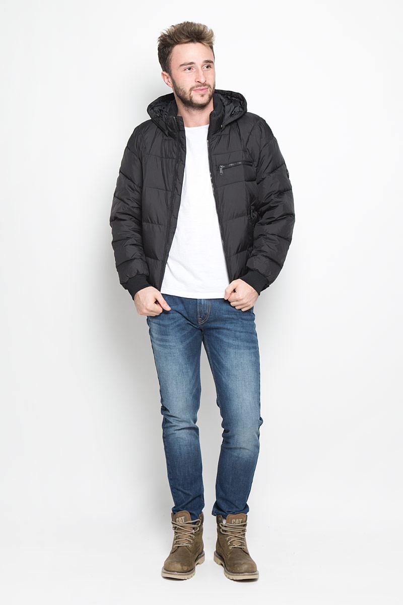 W16-22002_101Мужская куртка Finn Flare, выполненная из полиэстера, придаст образу безупречный стиль. Подкладка изготовлена из гладкого и приятного на ощупь материала. В качестве утеплителя используется высококачественный полиэстер, который отлично сохраняет тепло. Куртка с капюшоном и воротником-стойкой застегивается на застежку-молнию с внутренней ветрозащитной планкой. Капюшон пристегивается к изделию за счет металлических кнопок. Край капюшона дополнен шнурком-кулиской, а на макушке капюшон имеет небольшой хлястик для регулирования размера. Рукава оснащены манжетами с застёжками-кнопками. Спереди модель дополнена тремя прорезными карманами на застежках-молниях. С внутренней стороны куртка дополнена прорезным карманом на молнии, накладным карманом на липучке и втачным карманом на пуговице. Модель оформлена фирменной нашивкой с названием бренда. Этот теплый пуховик послужит отличным дополнением к вашему гардеробу!