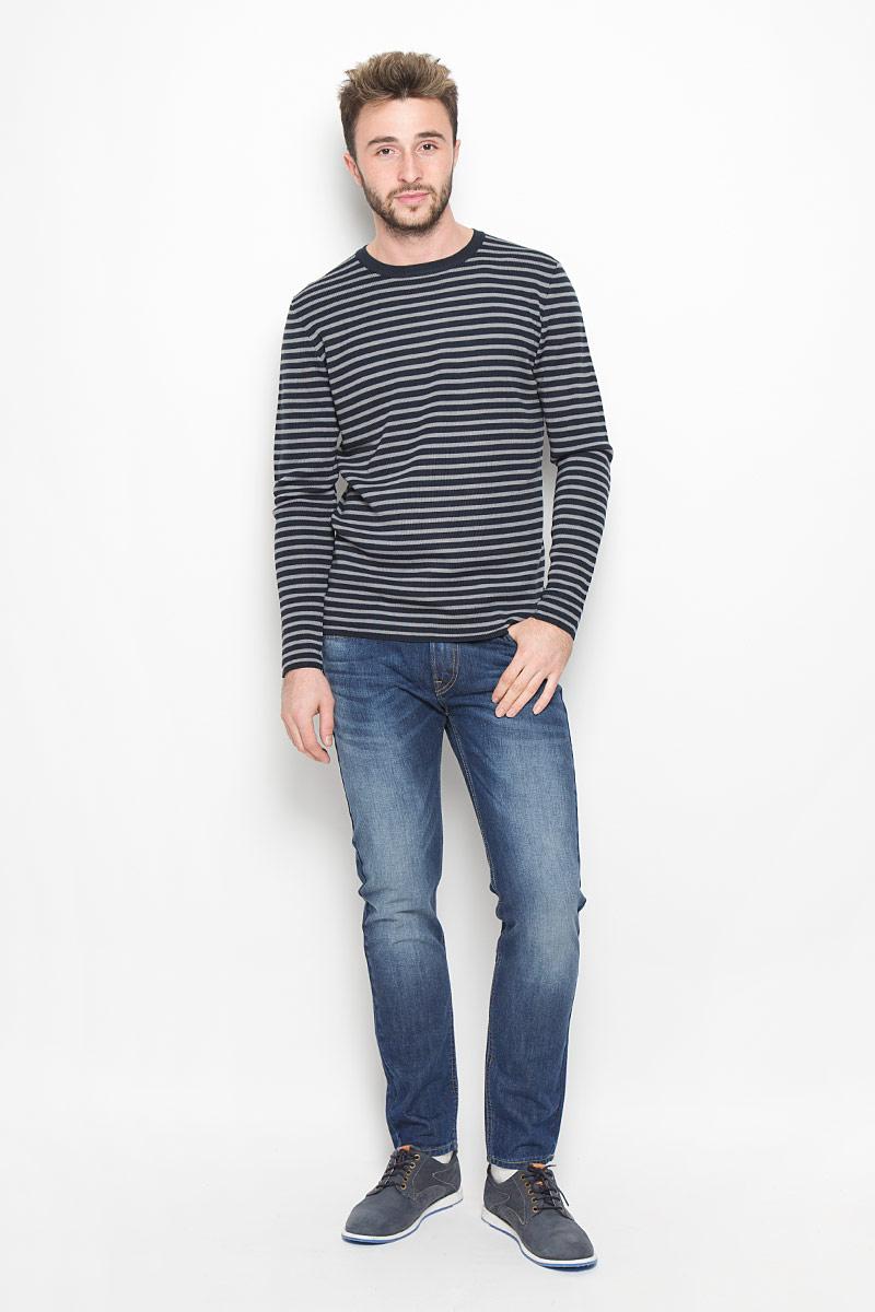 ДжинсыL73242YLСтильные мужские джинсы - джинсы высочайшего качества, которые прекрасно сидят. Модель слегка зауженного к низу кроя и средней посадки изготовлена натурального хлопка. Джинсы на талии застегиваются на металлическую пуговицу, а также имеют ширинку на застежке-молнии и шлевки для ремня. Спереди модель дополнена двумя втачными карманами и одним накладным небольшим кармашком, а сзади - двумя накладными карманами. Изделие оформлено небольшим эффектом потертости и контрастной прострочкой.