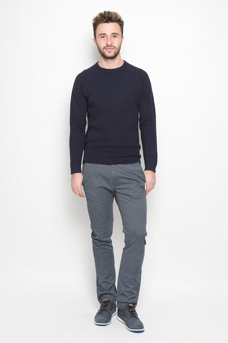 БрюкиL768YN87Стильные мужские брюки Lee Chino великолепно подойдут для повседневной носки и помогут вам создать незабываемый современный образ. Классическая модель-слим стандартной посадки изготовлена из эластичного хлопка с добавлением полиэстера, благодаря чему великолепно пропускает воздух, обладает высокой гигроскопичностью и превосходно сидит. Брюки застегиваются на ширинку на застежке-молнии, а также пуговицу на поясе. На поясе расположены шлевки для ремня. Брюки оснащены двумя втачными карманами и маленьким прорезным кармашком спереди, а также двумя прорезными карманами с клапанами на пуговицах сзади. Эти модные и в то же время удобные брюки станут великолепным дополнением к вашему гардеробу. В них вы всегда будете чувствовать себя уверенно и комфортно.
