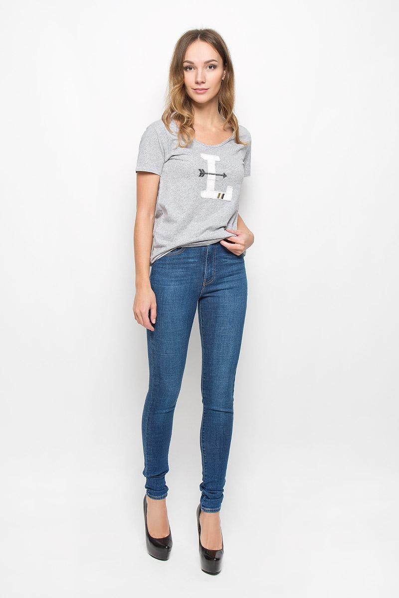 Футболка2352000140Модная женская футболка Levis®, выполненная из натурального хлопка, прекрасно подойдет для повседневной носки. Футболка с V-образным вырезом горловины и короткими рукавами оформлена спереди крупным нашивкой.