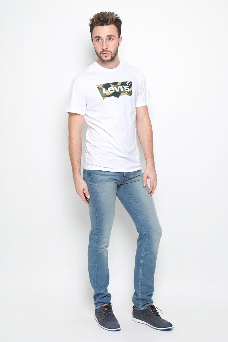 Джинсы451120050Мужские джинсы Levis® 511 выполнены из качественного денима. Ткань с добавлением эластана обеспечивает наилучшую посадку и сохранение формы, она легкая, мягкая и тактильно приятная, хорошо пропускает воздух. Джинсы с заниженной талией застегиваются на металлическую пуговицу и имеют ширинку на застежке-молнии. Современный прямой силуэт не стесняет движений. На поясе предусмотрены шлевки для ремня. Спереди расположены два втачных кармана и один маленький накладной, а сзади - два накладных кармана. Изделие оформлено перманентными складками, украшено металлическими клепками и прострочкой. Отличное качество, дизайн и расцветка делают эти джинсы стильным и модным предметом мужской одежды.