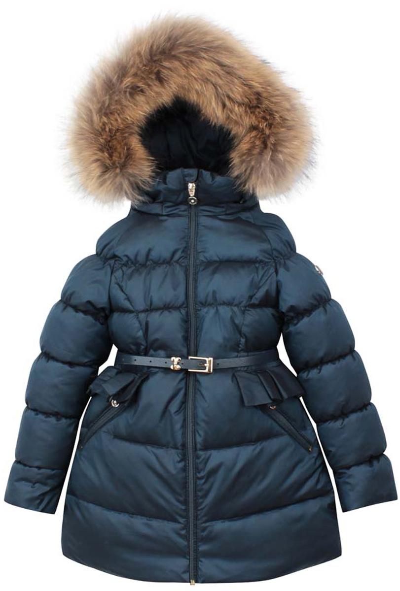 PUFWG-616-20323-309Модное пальто для девочки Pulka выполнено из полиэстера и нейлона. В качестве утеплителя используется полиэстер. Модель с воротником-стойкой и съемным капюшоном, оформленным натуральным мехом енота, застегивается на застежку-молнию. Капюшон пристегивается к куртке с помощью застежки-молнии. Воротник с внутренней стороны присборен на тонкие резинки. Спереди куртка дополнена двумя прорезными карманами на застежках-молниях. Рукава дополнены внутренними манжетами на резинках. Нижняя часть модели регулируется с помощью эластичного шнурка со стопперами. На талии изделие дополнено вшитой резинкой и оформлено рюшами. В комплект входит стильный ремень.