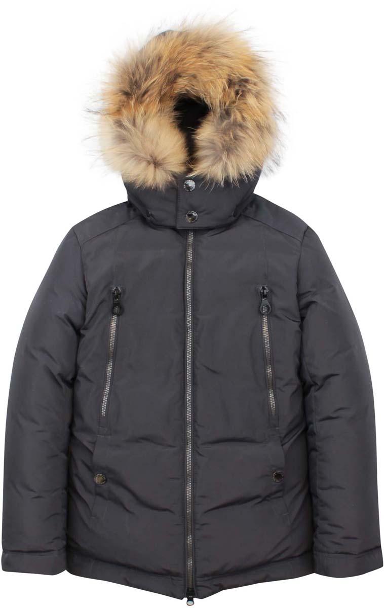 КурткаPUFWB-626-10125-805Модная куртка Pulka выполнена из высококачественного полиэстера. В качестве утеплителя используется полиэстер и пух с добавлением пера. Модель с воротником-стойкой и съемным капюшоном застегивается на застежку-молнию. Капюшон, оформленный съемный натуральным мехом енота, пристегивается к куртке с помощью кнопок. Спереди куртка дополнена двумя втачными карманами на кнопках, на груди - двумя прорезными карманами на застежках-молниях, с внутренней стороны - накладным карманом на кнопке. Рукава дополнены внутренними манжетами, присборенными на резинки. Нижняя часть модели и область талии с внутренней стороны регулируются с помощью эластичных шнурков со стопперами.
