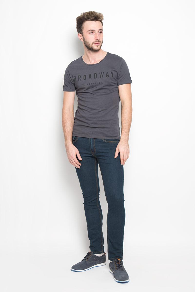 20100500_000Мужская футболка Broadway выполнена из натурального хлопка. Модель с круглым вырезом горловины и короткими рукавами оформлена принтовыми надписями. Вырез горловины дополнен трикотажной резинкой.