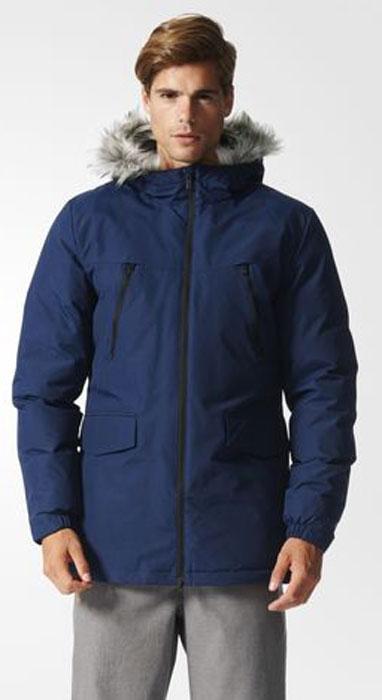 AP9550Эта мужская куртка согреет даже в самые холодные зимние дни. Уютный капюшон с отделкой из искусственного меха. Стильная светоотражающая обработка швов на рукавах. Модель приталенного кроя сшита из прочной ткани. Нагрудные карманы на молнии, прорезные карманы с клапанами на лицевой стороне. Синтетический утеплитель.