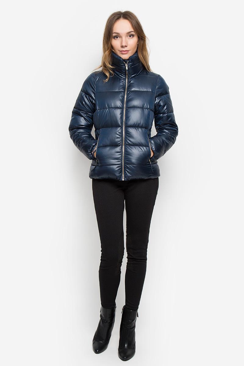 10109_391Удобная женская куртка Broadway Norma согреет вас в прохладную погоду и позволит выделиться из толпы. Модель с длинными рукавами, воротником-стойкой выполнена из прочного полиэстера. Куртка застегивается на застежку-молнию спереди. Изделие дополнено двумя втачными карманами на молниях спереди, манжеты рукавов оснащены узкими эластичными резинками. Куртка оформлена стеганым узором. Эта модная и комфортная куртка - отличный вариант для прогулок в прохладное время года, она не позволит вам замерзнуть и подчеркнет ваш уникальный стиль.