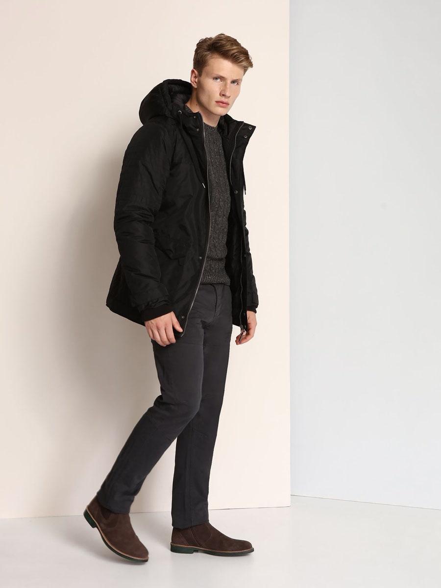 КурткаSKD0139CAСтильная мужская куртка Top Secret изготовлена из высококачественного полиэстера. В качестве утеплителя используется синтепон. Куртка с несъемным капюшоном застегивается на застежку-молнию и дополнительно на ветрозащитный клапан с кнопками. Капюшон, дополненный регулирующим эластичным шнурком. Спереди расположены четыре кармана на кнопках, на груди - один прорезной карман на застежке-молнии, с внутренней стороны - прорезной открытый карман. Манжеты рукавов дополнены трикотажными напульсниками и хлястиками на кнопках.