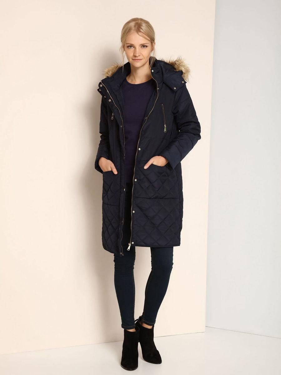 ПальтоSKU0718BEУдобное женское пальто Top Secret выполнено из 100% полиэстера. В качестве наполнителя используется синтепон. Модель с длинными рукавами и несъемным капюшоном застегивается на застежку-молнию и дополнительно имеет ветрозащитную планку на кнопках. Край капюшона оформлен искусственным мехом, который в случае необходимости можно отстегнуть. Спереди расположено четыре прорезных кармана.