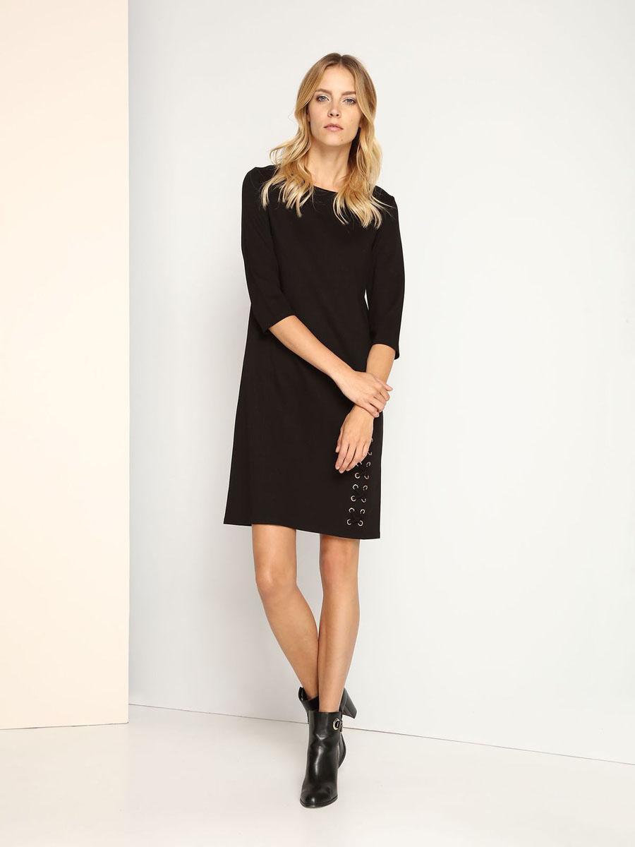 ПлатьеSSU1692CAСтильное платье Top Secret выполнено из вискозы с добавлением полиамида и эластана. Модель с круглым вырезом горловины и рукавами 3/4. Платье прямого кроя на спинке застегивается на скрытую застежку-молнию. Декорировано платье металлической фурнитурой и текстильным шнурком в виде крестиков.