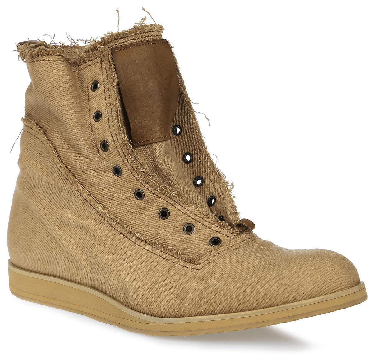 Brink-denim-yСтильные ботинки от Notmysize заинтересуют вас своим дизайном. Модель выполнена из плотной джинсы. Ботинки с вшитым язычком, дополнены металлическими люверсами. Ярлычок на заднике облегчает надевание обуви. Каблук и подошва с рифлением защищают изделие от скольжения. Модные ботинки подчеркнут ваш стиль и индивидуальность.