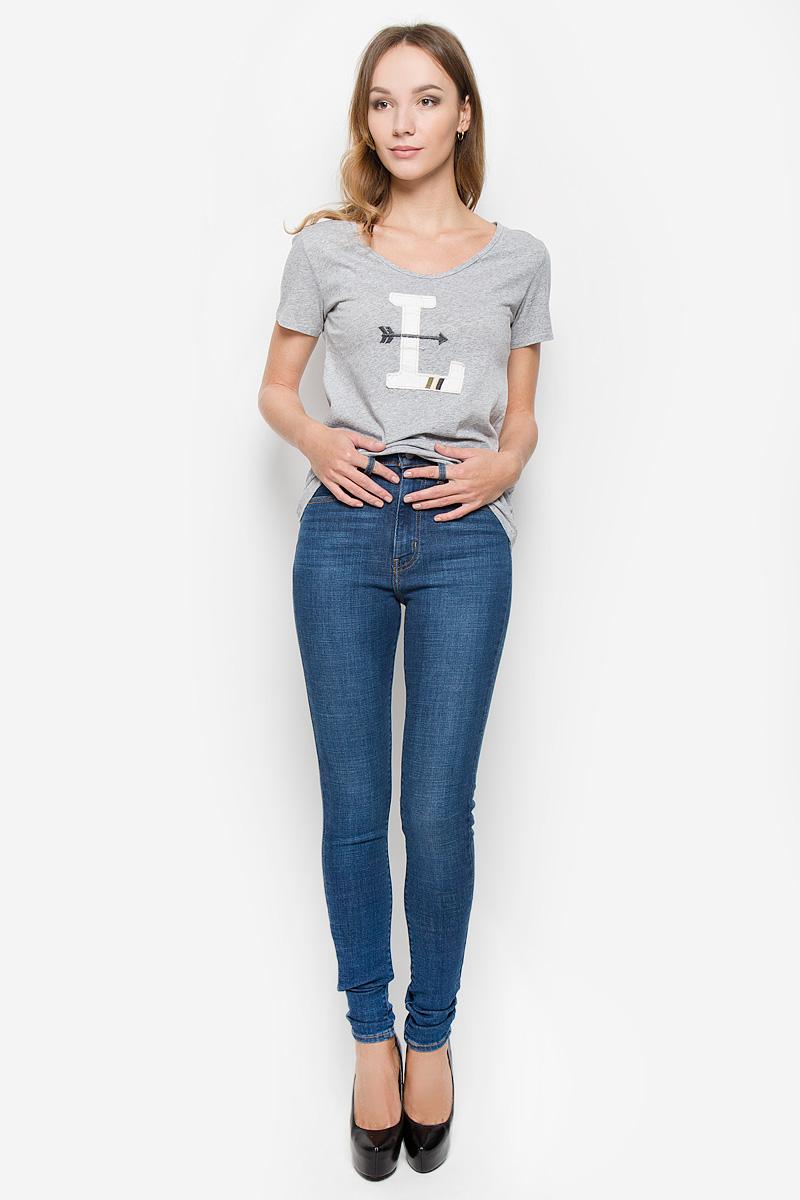Джинсы2279100120Женские джинсы Levis® выполнены из хлопка с добавлением полиэстера и эластана. Джинсы-скинни с завышенной линией талии застегиваются спереди на молнию и пуговицу. На поясе предусмотрены шлевки для ремня. Спереди расположены два втачных кармана и один маленький накладной, а сзади - два накладных кармана. Джинсы оформлены перманентными складками.