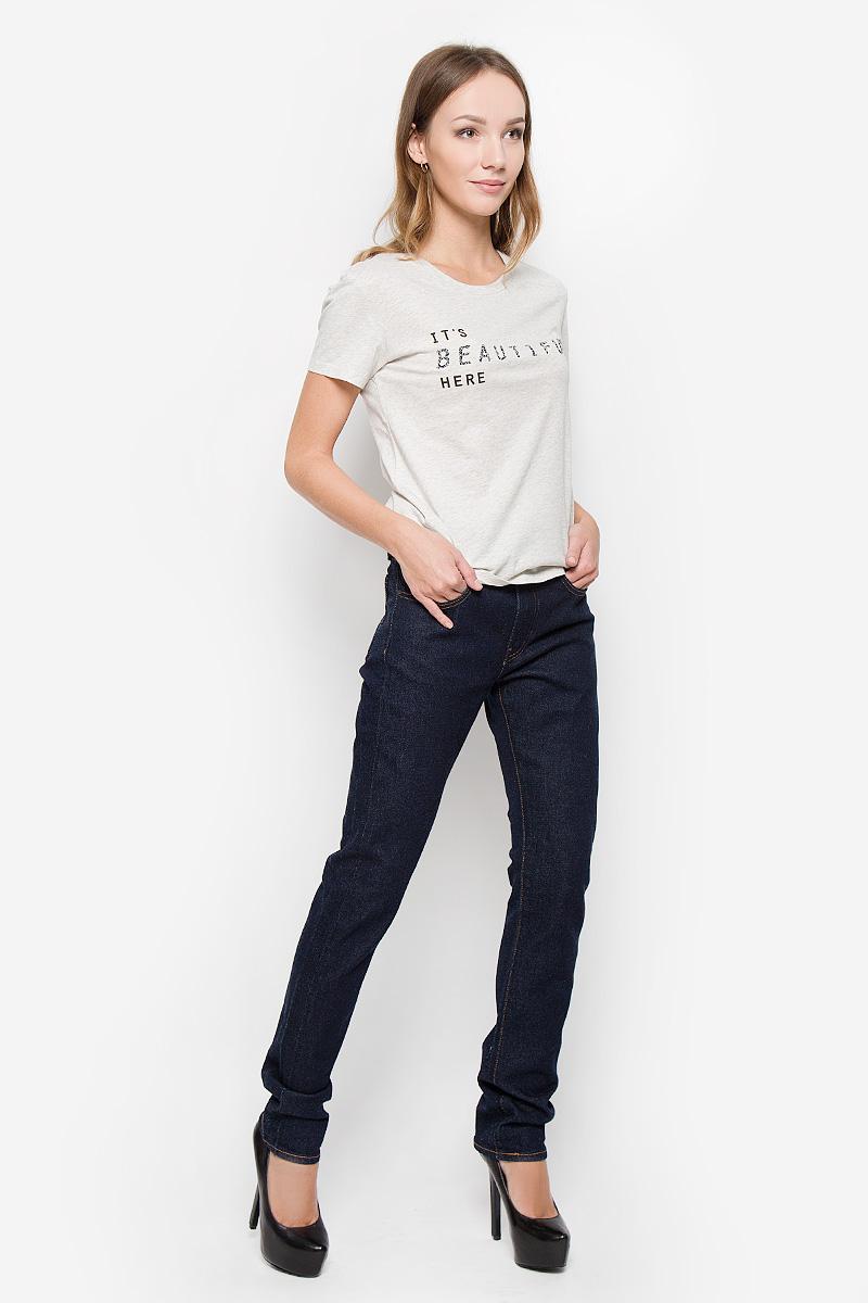 Джинсы2834200020Женские джинсы Levis® 505 C выполнены из плотного денима. Прямые джинсы с заниженной линией талии имеют облегающий крой в бедрах. Изделие застегивается спереди на молнию и пуговицу. На поясе предусмотрены шлевки для ремня. Модель имеет классический пятикарманный крой: спереди - два втачных кармана и один маленький накладной, а сзади - два накладных кармана. Джинсы оформлены прострочкой.