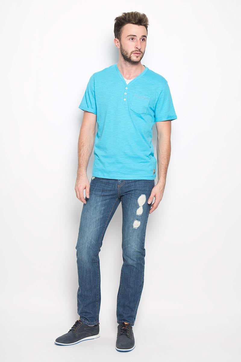 Футболка1034606.00.10_8005Стильная мужская футболка Tom Tailor выполнена из натурального хлопка. Материал очень мягкий и приятный на ощупь, обладает высокой воздухопроницаемостью и гигроскопичностью, позволяет коже дышать. Модель прямого кроя с V-образным вырезом горловины и короткими рукавами дополнена на груди накладным кармашком и декоративными пуговицами. Рукава оформлены пристроченными отворотами. Снизу модель оформлена брендовой нашивкой.