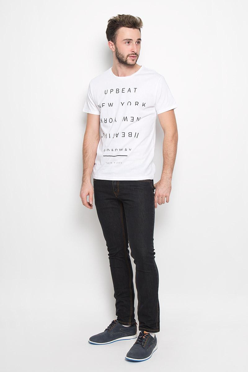 20100232_00BМужская футболка Broadway Bennie изготовлена из натурального хлопка. Модель с круглым вырезом горловины и короткими рукавами оформлена принтовыми надписями. Вырез горловины дополнен трикотажной резинкой.