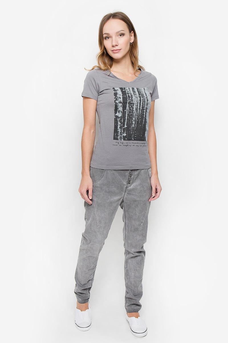10156618_872Стильные женские брюки Broadway станут модным дополнением к вашему гардеробу. Брюки-бойфренды изготовлены из высококачественного материала. Застегиваются брюки на металлические пуговицы, на поясе также имеются шлевки для ремня. Спереди изделие дополнено двумя втачными карманами и одним небольшим накладным кармашком, а сзади - двумя накладными карманами.