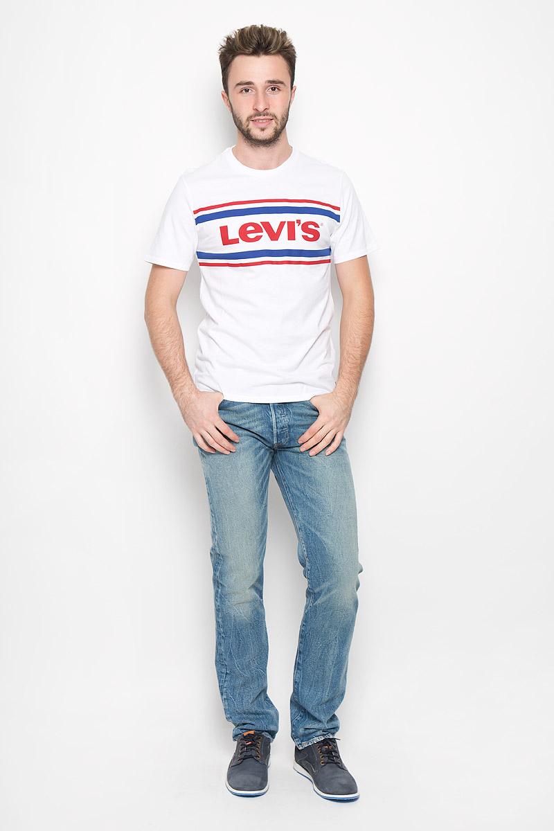Футболка2249101070Стильная мужская футболка Levis® выполнена из натурального хлопка. Материал очень мягкий и приятный на ощупь, обладает высокой воздухопроницаемостью и гигроскопичностью, позволяет коже дышать. Модель прямого кроя с круглым вырезом горловины и короткими рукавами дополнена на груди стильной надписью бренда.