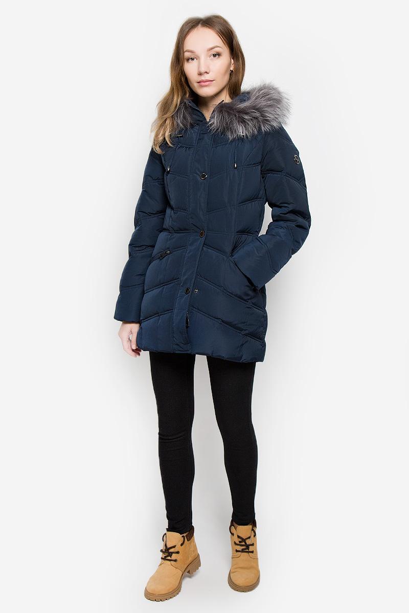 КурткаW16-11014_101Женская куртка Finn Flare выполнена из полиэстера с утеплителем из пуха и пера. Удлиненная модель с несъемным капюшоном застегивается на молнию с двумя ветрозащитными планками. Внешняя планка оснащена застежками-кнопками. Изделие имеет приталенный силуэт. Капюшон, декорированный съемной опушкой из натурального меха, дополнен по краю затягивающимся шнурком со стопперами. На рукавах предусмотрены трикотажные манжеты. Спереди расположены два прорезных кармана на молниях. Пуховик украшен декоративным элементом на рукаве.
