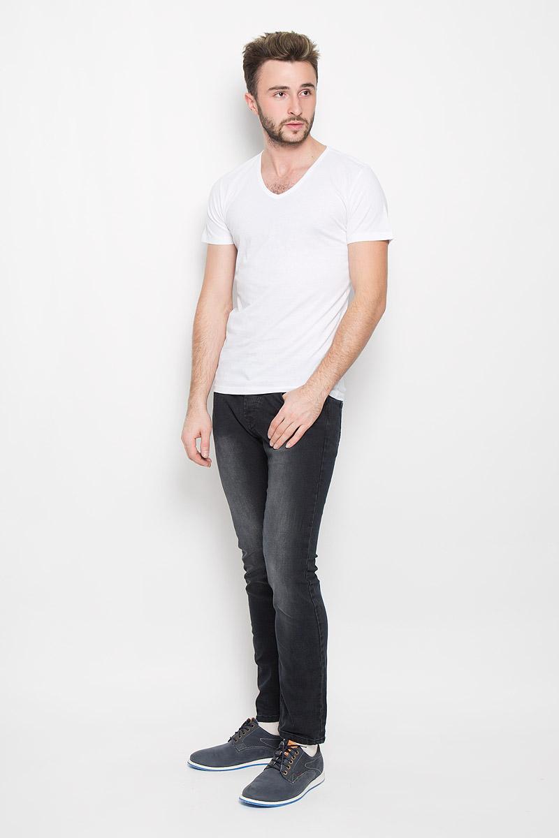 20100340_000Мужская футболка Broadway Garet изготовлена из натурального хлопка. Модель с V-образным вырезом горловины и короткими рукавами имеет прямой силуэт. Вырез горловины оформлен трикотажной бейкой.