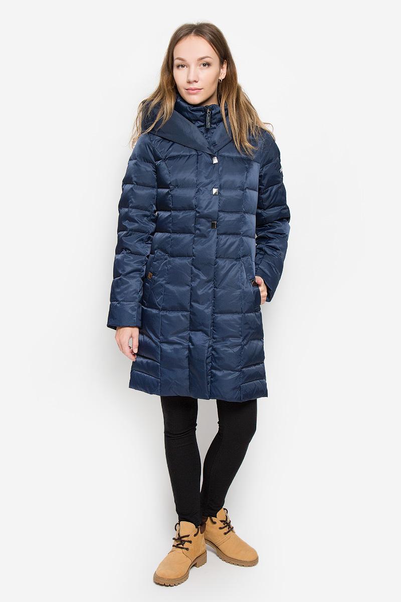 ПальтоW16-12008_101Женское пальто Finn Flare выполнено из нейлона с подкладкой из полиэстера. В качестве утеплителя используются пух и перо. Приталенная модель с несъемным капюшоном и воротником-стойкой застегивается на пластиковую молнию с ветрозащитными планками. Внешние планки имеют застежки-кнопки. Рукава дополнены трикотажными манжетами. Спереди расположены два втачных кармана с застежками-кнопками. Пальто украшено фирменной металлической пластиной.