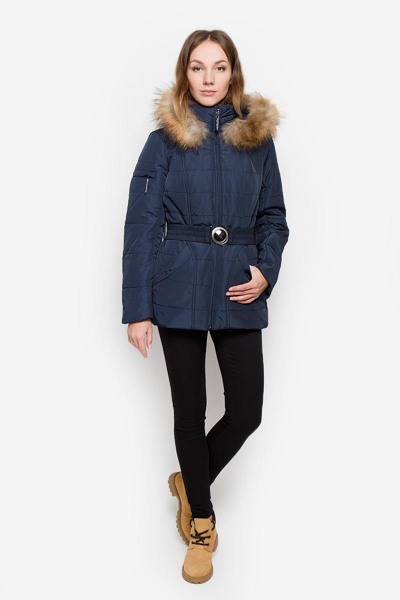 КурткаW16-11000_101Женская куртка Finn Flare выполнена из полиэстера. Модель с воротником-стойкой и съемным капюшоном застегивается на молнию с ветрозащитной планкой. Капюшон, декорированный съемной опушкой из натурального меха, пристегивается к куртке с помощью кнопок. Изделие имеет приталенный силуэт, дополнительно подчеркнутый эластичным поясом с металлической застежкой. В нижней части куртки расположены два втачных кармана на кнопках, на рукаве имеется небольшой прорезной карман на молнии. Куртка украшена фирменной металлической пластиной.