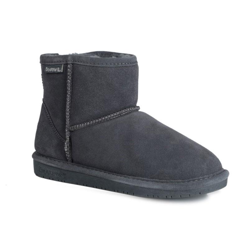 619WСтильные угги Bearpaw Demi II заинтересуют вас своим дизайном с первого взгляда! Модель выполнена из натуральной износоустойчивой замши и оформлена крупными декоративными швами, на заднике - текстильной нашивкой с названием и логотипом бренда. Подкладка и стелька, исполненные из теплой натуральной шерсти, защитят ноги от холода и обеспечат комфорт. Ширина голенища компенсирует отсутствие застежек. Подошва изготовлена из полимерных материалов.