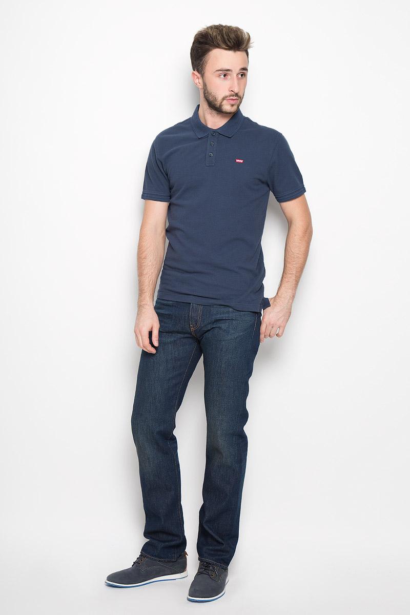 Джинсы2999005370Мужские джинсы Levis® 504, выполненные из качественного хлопка, станут отличным дополнением к вашему гардеробу. Джинсы прямого кроя дополнены фирменной застежкой-молнией и пуговицей. На поясе предусмотрены шлевки для ремня. Модель имеет классический пятикарманный крой: спереди - два втачных кармана и один маленький накладной, а сзади - два накладных кармана. Изделие оформлено легким эффектом искусственного состаривания денима: перманентными складками. Сзади на поясе джинсы украшены фирменной нашивкой с названием бренда и дополнены контрастной отстрочкой.