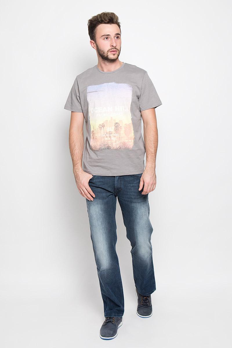 Футболка1034771.00.10_2624Стильная мужская футболка Tom Tailor выполнена из натурального хлопка. Материал очень мягкий и приятный на ощупь, обладает высокой воздухопроницаемостью и гигроскопичностью, позволяет коже дышать. Модель прямого кроя с круглым вырезом горловины и короткими рукавами дополнена оригинальным принтом с надписями.