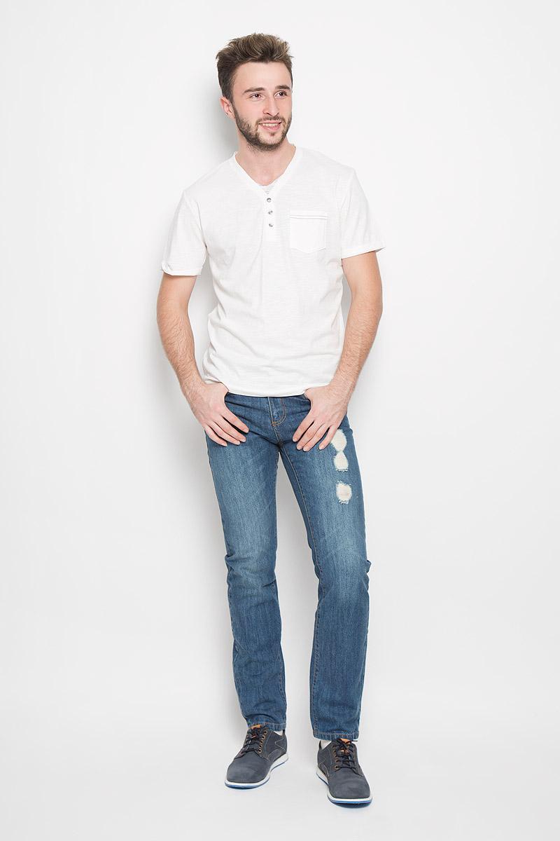 1034606.00.10_8005Стильная мужская футболка Tom Tailor выполнена из натурального хлопка. Материал очень мягкий и приятный на ощупь, обладает высокой воздухопроницаемостью и гигроскопичностью, позволяет коже дышать. Модель прямого кроя с V-образным вырезом горловины и короткими рукавами дополнена на груди накладным кармашком и декоративными пуговицами. Рукава оформлены пристроченными отворотами. Снизу модель оформлена брендовой нашивкой.