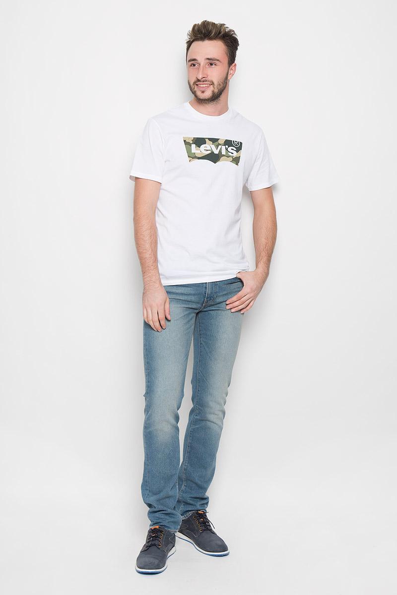 Футболка2248900270Стильная мужская футболка Levis® выполнена из натурального хлопка. Материал очень мягкий и приятный на ощупь, обладает высокой воздухопроницаемостью и гигроскопичностью, позволяет коже дышать. Модель прямого кроя с круглым вырезом горловины и короткими рукавами дополнена на груди стильной надписью бренда.