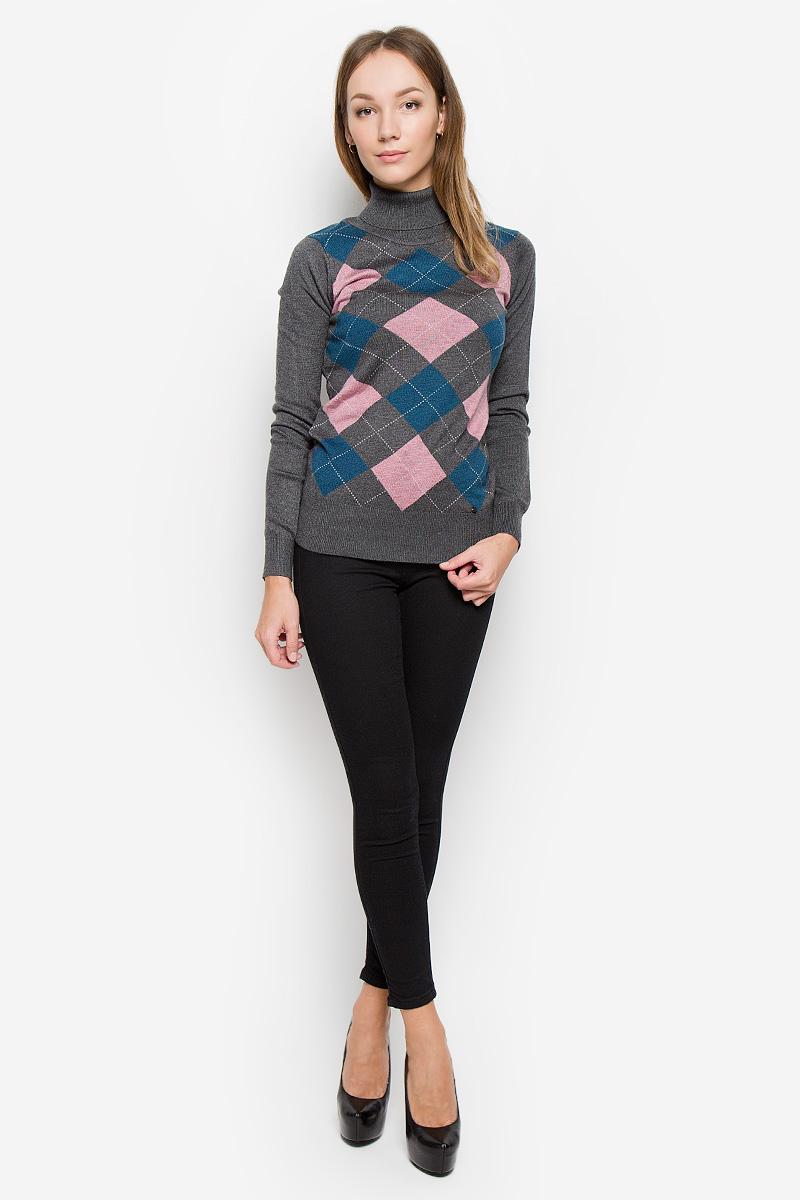 СвитерW16-11102_711Женский свитер Finn Flare выполнен из мягкой и теплой пряжи сложного состава. Модель с воротником-гольф и длинными рукавами оформлена спереди вязаным геометрическим рисунком. Воротник, манжеты и низ изделия связаны резинкой. Украшен свитер фирменной металлической пластиной.
