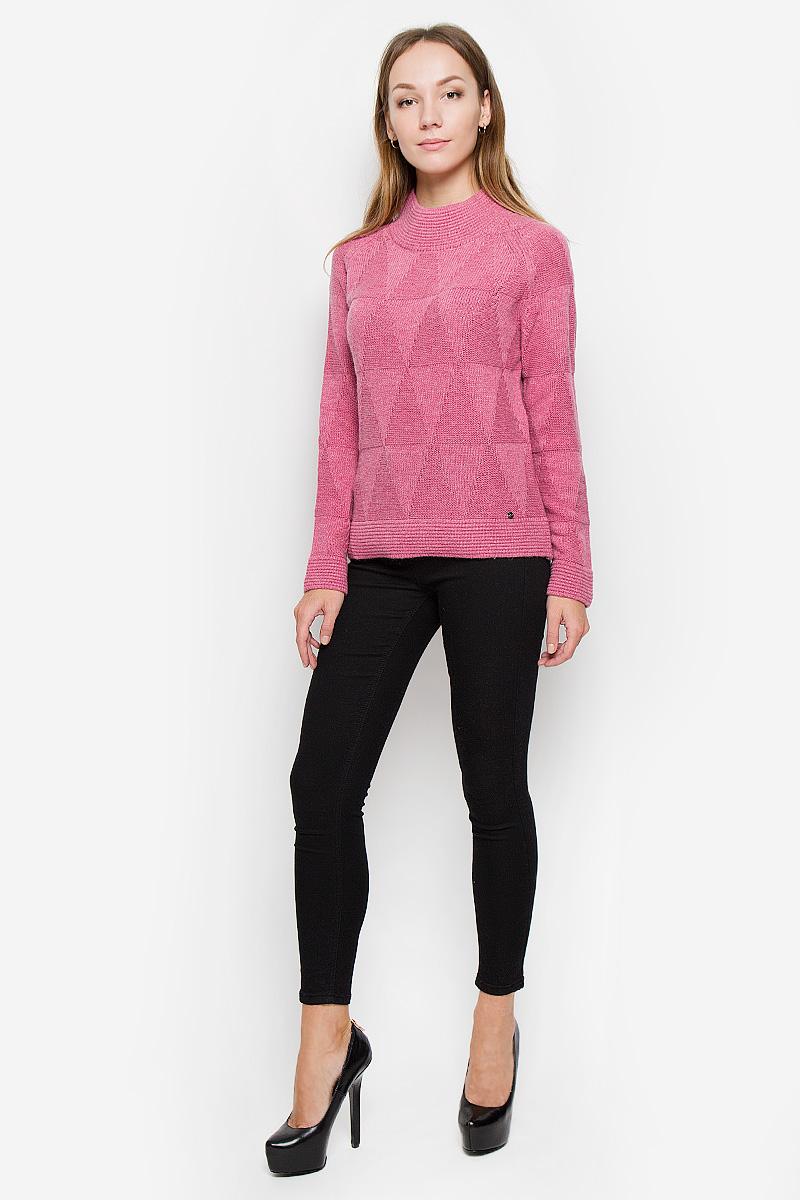 СвитерW16-11104_329Женский свитер Finn Flare выполнен из мягкой и теплой пряжи. Модель с воротником-стойкой и длинными рукавами-реглан оформлена вязаным геометрическим рисунком. Воротник, манжеты и низ изделия связаны резинкой. Украшен свитер фирменной металлической пластиной.
