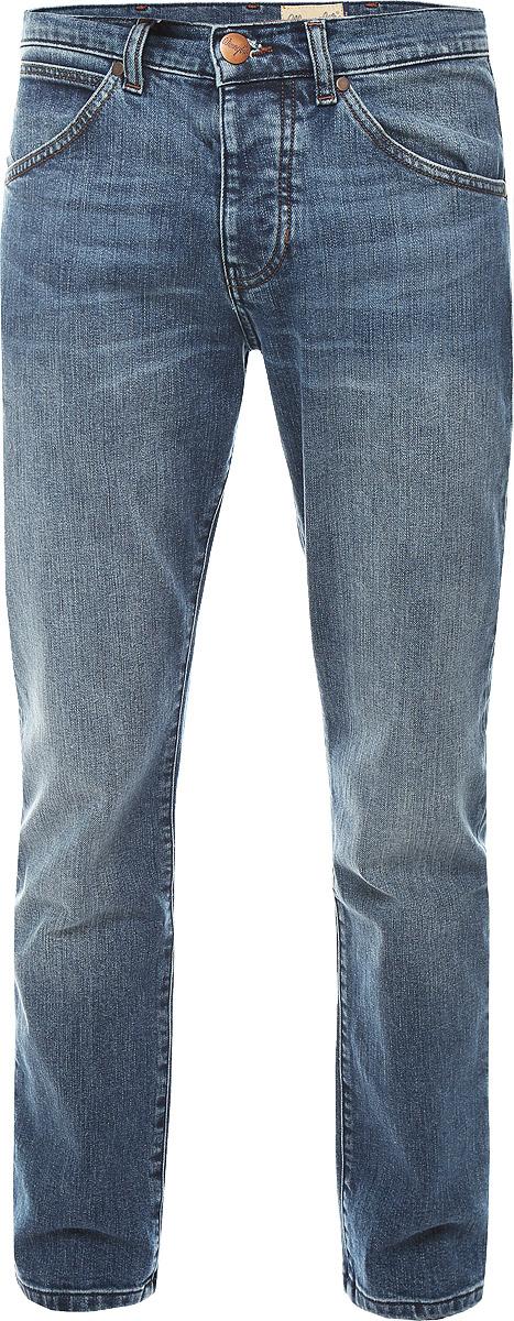ДжинсыW16EBR77KСтильные мужские джинсы Wrangler прямого кроя и средней посадки изготовлены из натурального хлопка с добавлением полиэстера и эластана. Джинсы на талии застегиваются на металлическую пуговицу, а также имеют ширинку на пуговицах и шлевки для ремня. Спереди модель дополнена двумя втачными карманами и одним небольшим накладным кармашком, а сзади - двумя большими накладными карманами. Правый задний карман дополнен фирменной нашивкой с названием бренда.