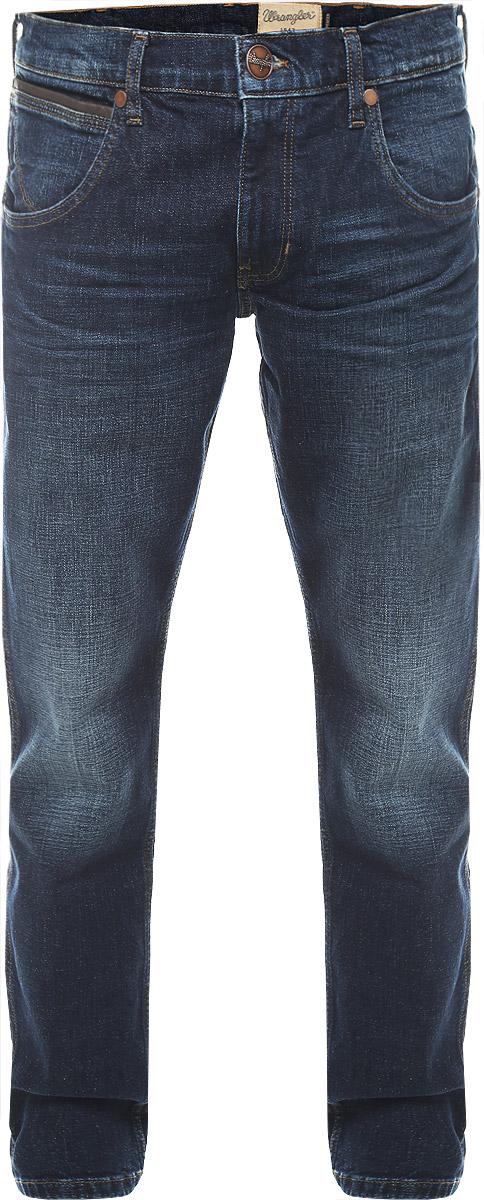 ДжинсыW184BS77AМужские джинсы Wrangler Spencer выполнены из высококачественного эластичного хлопка. Джинсы-слим заниженной посадки застегиваются на пуговицу в поясе и ширинку на застежке-молнии, дополнены шлевками для ремня. Джинсы имеют классический пятикарманный крой: спереди модель дополнена двумя втачными карманами и одним маленьким накладным кармашком, а сзади - двумя накладными карманами. Джинсы украшены декоративными потертостями, перманентными складками и контрастной отстрочкой.